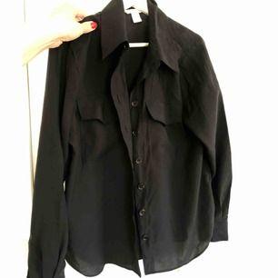 Svart skjorta från årets HM TREND-kollektion. Använd enstaka gånger.