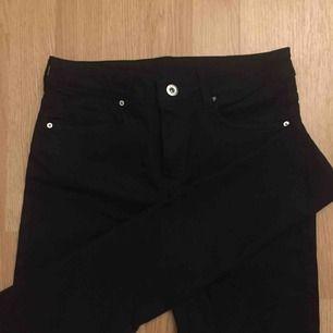 splitternya svarta skinnyjeans från H&M, aldrig använda! det står 36 och de är stretchiga men jag skulle nog säga att de passar en 34 bättre ☺️ frakt i går i priset