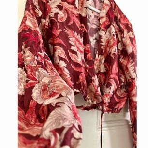 Kort blus från Zara med rolig knytning! Jättefint glansigt material som ser lyxigt ut. Skickas mot frakt, alternativt mötas upp i Uppsala