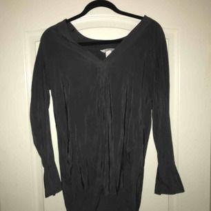 Jättefin blus från H&M. Bilden gör inte blusen rättvisa. Använd 3 gånger. Säljer pga ändrad stil. Frakt ingår ej i priset