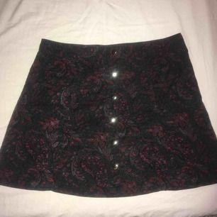 Vintage kjol med mönstrat Manchestertyg från Beyond Retro. Den är använd ett fåtal gånger och är i mkt gott skick. Knäpps upp framtill, passar S och en mindre M