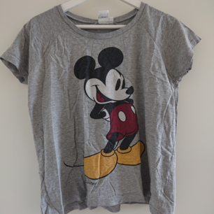 Mickey Mouse T-shirt i storlek XS. Lite oversized. Gott skick!