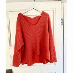 Stockad orange-röd tröja från HM. Skickas mot frakt, alternativt mötas upp i Uppsala
