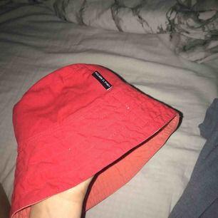 Hatt Sett att sånna ful hattar blivit moderna satt. Väldigt cool men passar nt min stil Lol den e från polan och pyret Lite liten*
