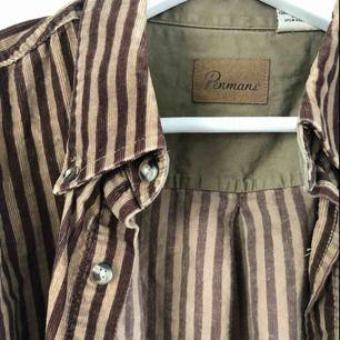Skjorta i manchester från Beyond retro. Snygg oversizeskjorta i brunrandig. Skickas mot frakt, alternativt mötas upp i Uppsala