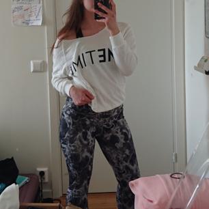 Oversized tröja i storlek XS med text
