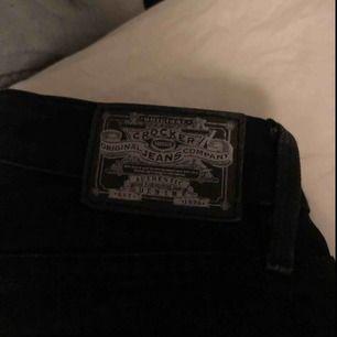 Skit snygga crocker jeans med något bootcut, enligt mig helt perfekta men säljs nu pga av fel storlek. De är sparsamt använda.  Strl 25/30 Köper står för frakten Pris kan diskuteras vid snabb affär.