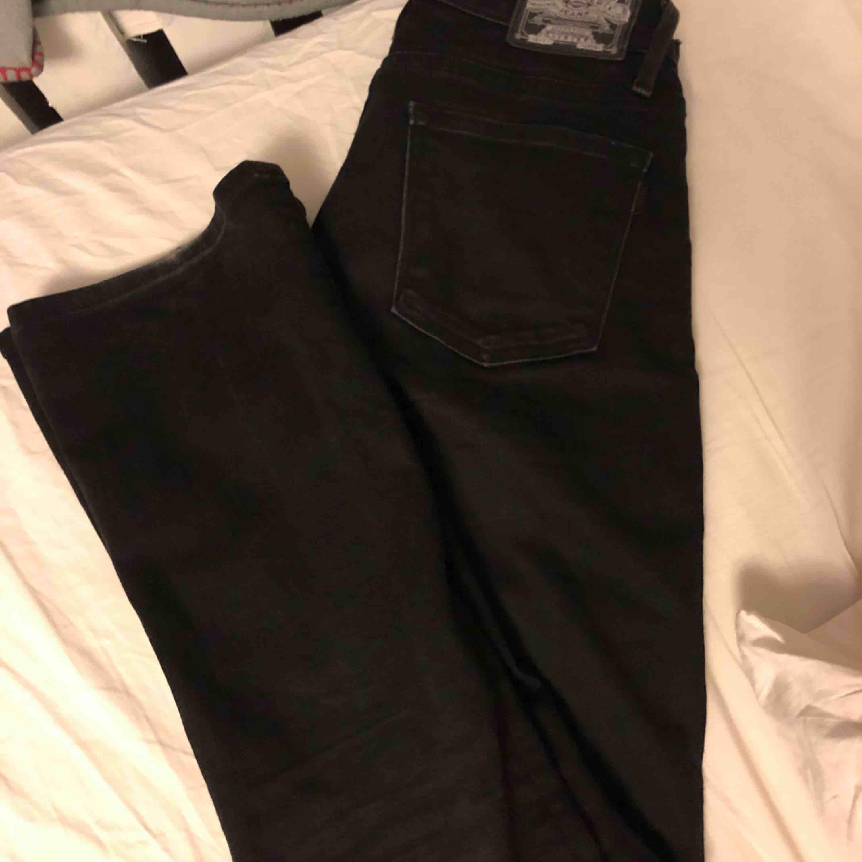 Skit snygga crocker jeans med något bootcut, enligt mig helt perfekta men säljs nu pga av fel storlek. De är sparsamt använda.  Strl 25/30 Köper står för frakten Pris kan diskuteras vid snabb affär.  . Jeans & Byxor.
