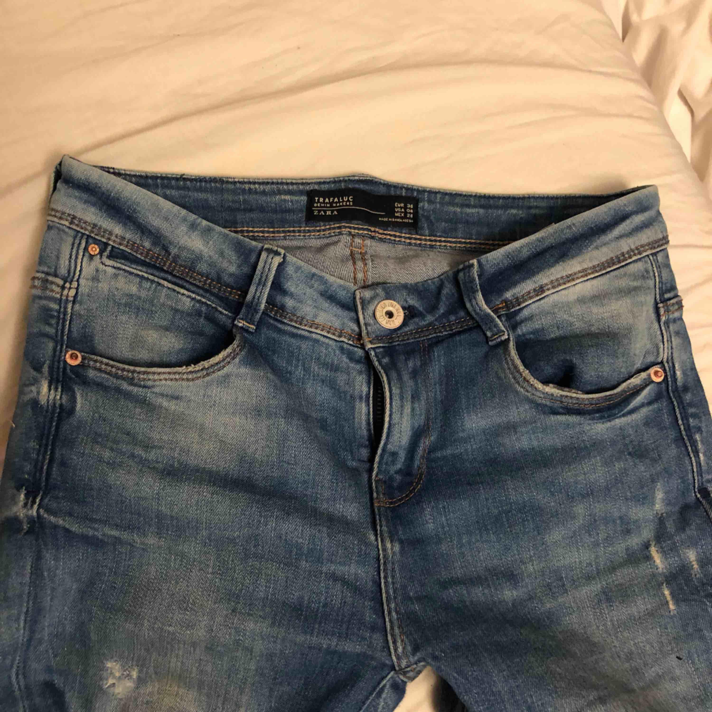 Jeans inköpta på zara för ett tag sedan, säljs nu pga att de mest blivit liggandes då jag råkade köpa fel strl.  Strl 36 Köparen står för frakten Pris kan diskuteras vid snabb affär.. Jeans & Byxor.