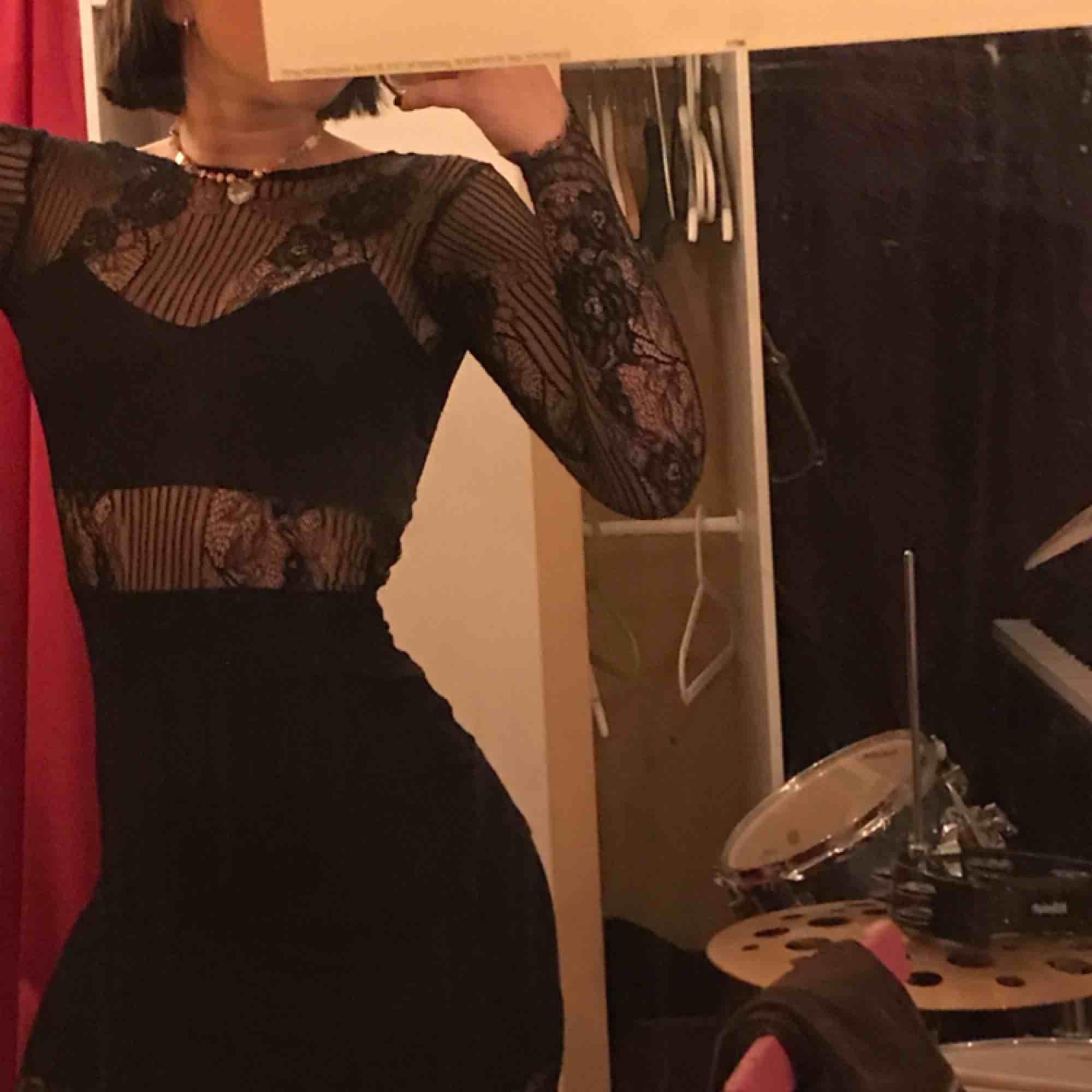 Så sexig o snygg klänning i spets! Använd kanske 2 gånger? Helt glömt vilket märke tyvärr🙃 . Klänningar.