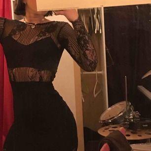 Så sexig o snygg klänning i spets! Använd kanske 2 gånger? Helt glömt vilket märke tyvärr🙃