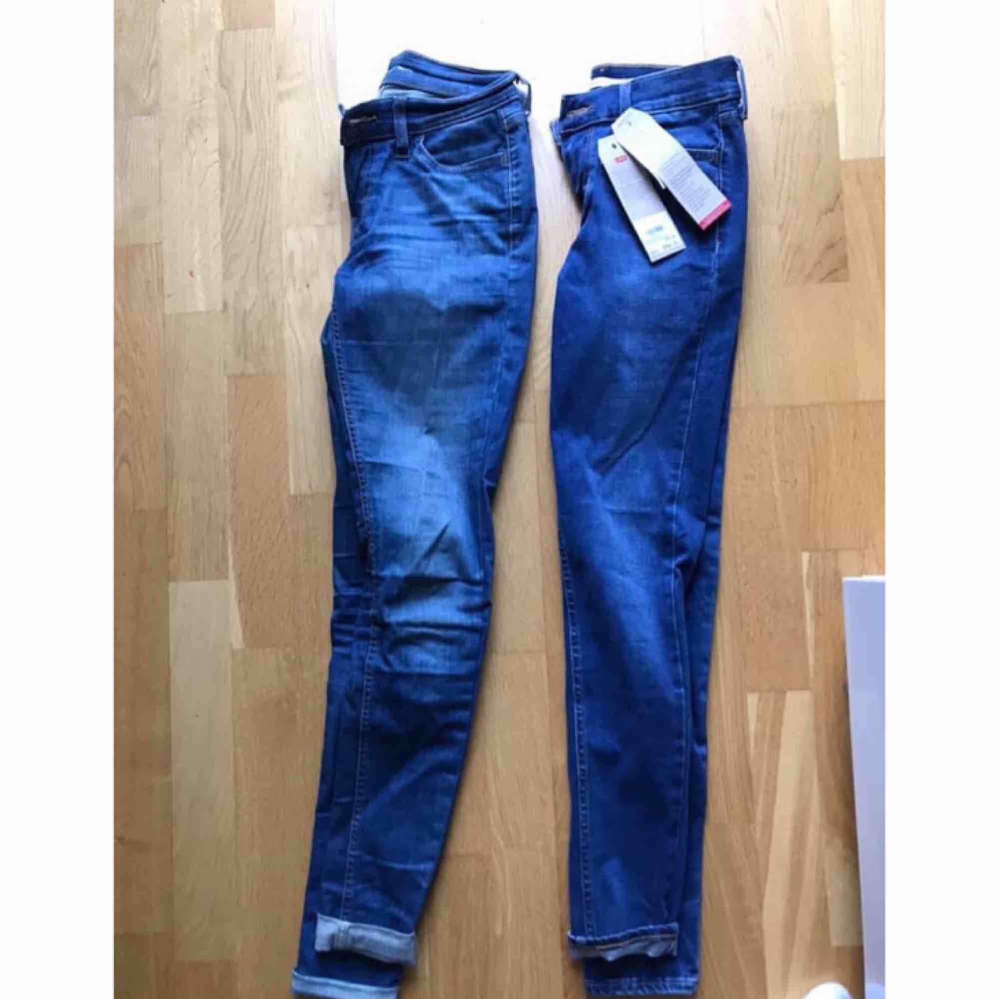 Levis båda två! Dem till vänster storlek: 25- 300kr  Höger storlek:26-500kr  Helt nya!. Jeans & Byxor.