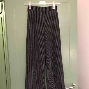 Ett par svarta glitterbyxor i storlek 36. Höga i midjan och utsvängda ben. Använda ett fåtal gånger. Kan mötas upp i Uppsala eller Stockholms innerstad, alternativt skicka på posten✨