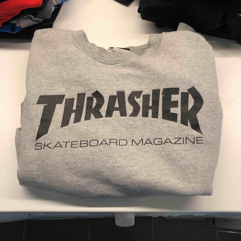 Thrasher sweatshirt, S. Nyskick men med litet nästan omärkbart hål. Swish, du står för frakten. Huvtröjor & Träningströjor.