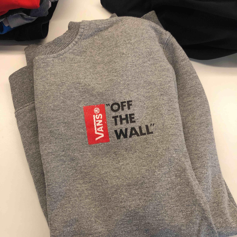 Vans sweatshirt, S. Nyskick. Stort tryck på ryggen, litet på bröstet. Huvtröjor & Träningströjor.