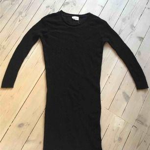 En skön varm tröja från American Vintage. Lång modell som även funkar att använda som klänning. Storlek S.