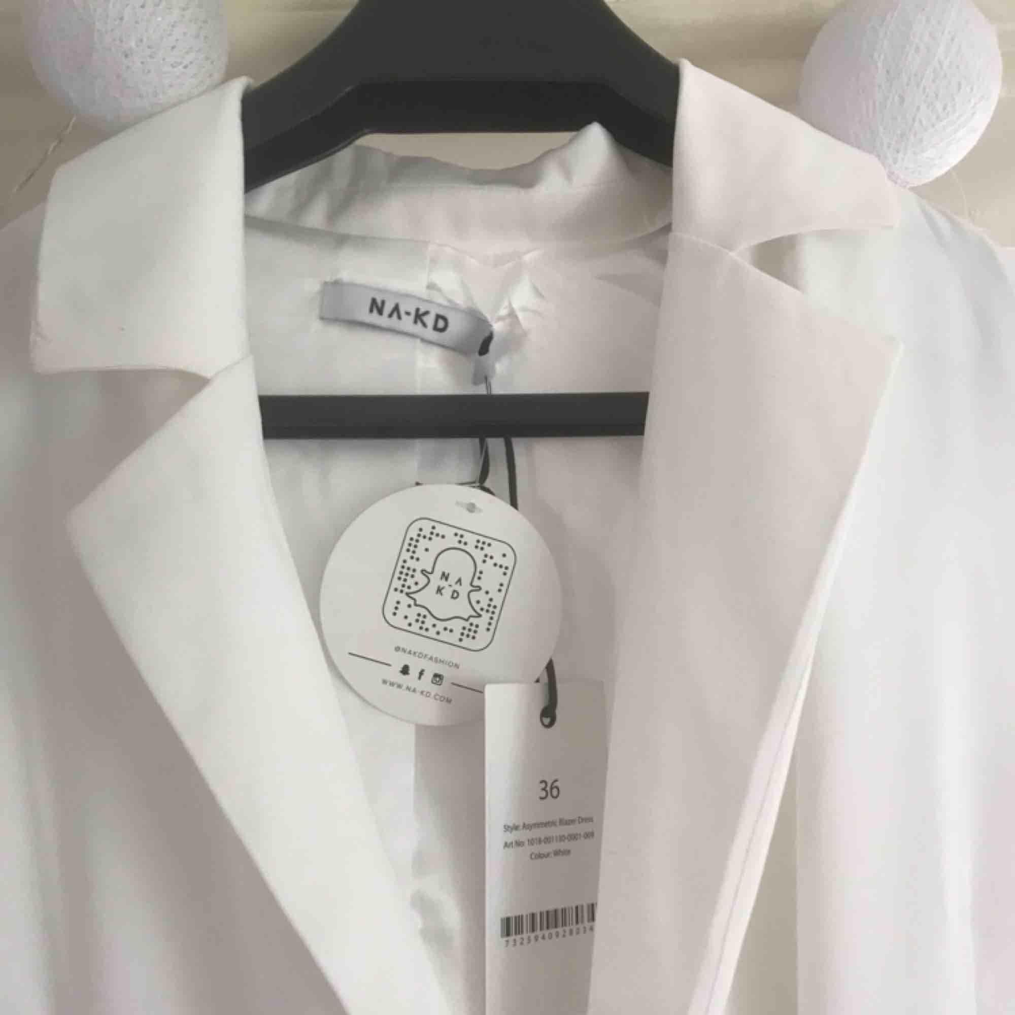 FRAKT INGÅR!!! HELT OANVÄND BLAZER DRESS FRÅN NAKD!!! Perfekt för studenten!! . Klänningar.