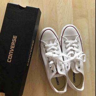 Säljer mina helt oanvända låga vita Converse! Frakt tillkommer eller kan jag mötas upp i Lund/Malmö. Vid snabb affär kan priset diskuteras! 😀