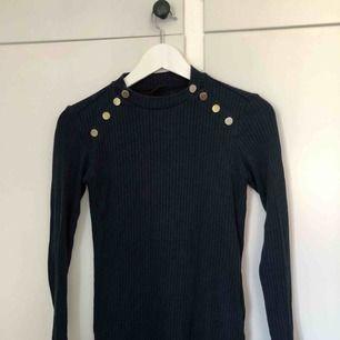 Sparsamt använd ribbad & tight tröja med guldknappar som detaljer. Super fin & bekväm! Köparen står för frakten! 🥳