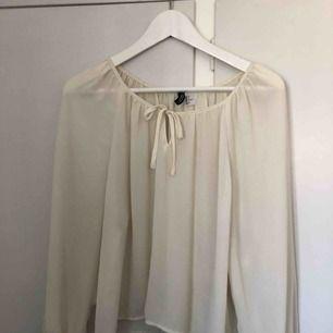 Oanvänd krämvit blus som är lite genomskinlig. Jätte snyggt att ha en bralette under eller något fint linne! Köparen står för frakt 😝