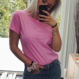 Rosa t-shirt från samsøe samsøe! Använd 2-3 gånger, frakt tillkommer 🌸