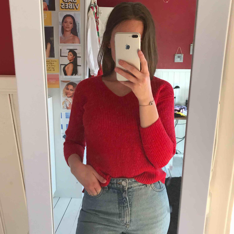 Röd stickad supersöt och gosig tröja från H&M! Frakt tillkommer, tar betalt via swish📲. Stickat.