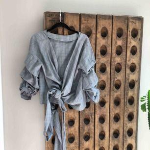 Rutig blus med långa omlottband som kan knytas på olika vis. 3/4 rynkad ärm  Midjekort Normal stl M Köpt på Zara Som ny! Frakt inkluderad