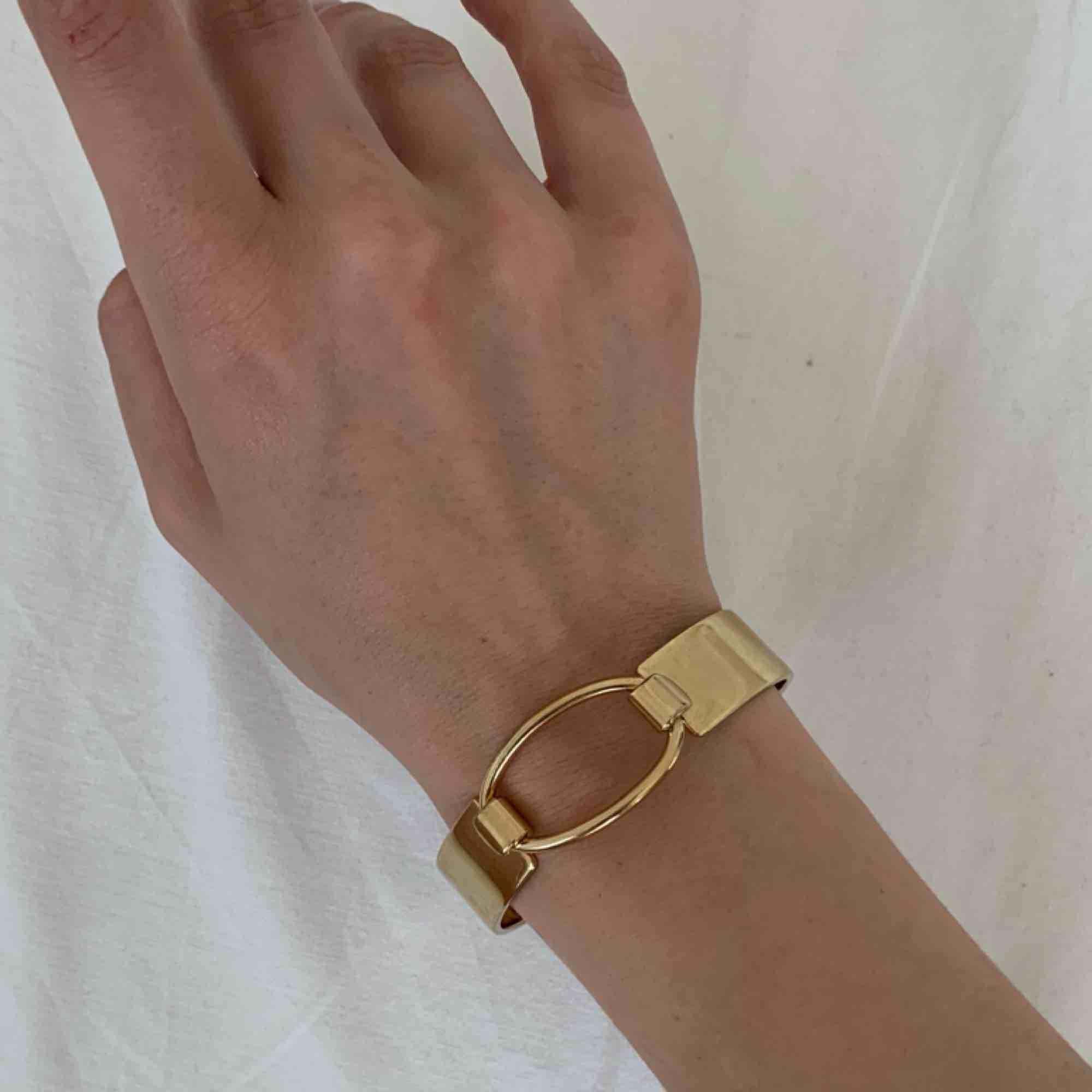 Såååå fint armband från Kurt Geiger! Lite Hermés-vibes. Säljes pga bär mest silver. Har swish.. Accessoarer.
