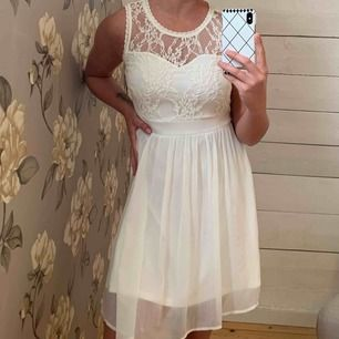 Vit klänning från Bubbleroom - Aldrig använd