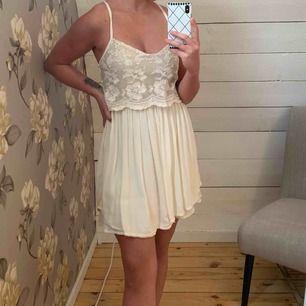 Naturvit klänning från Hollister - aldrig använd