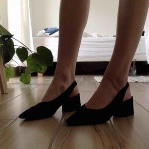 Svarta slingbacks i mocka! Underbara skor till fest och semester! ☺️ Har swish! Alla skor rengörs självklart. Säljes pga för små, använda 1 gång. Nypris 500kr