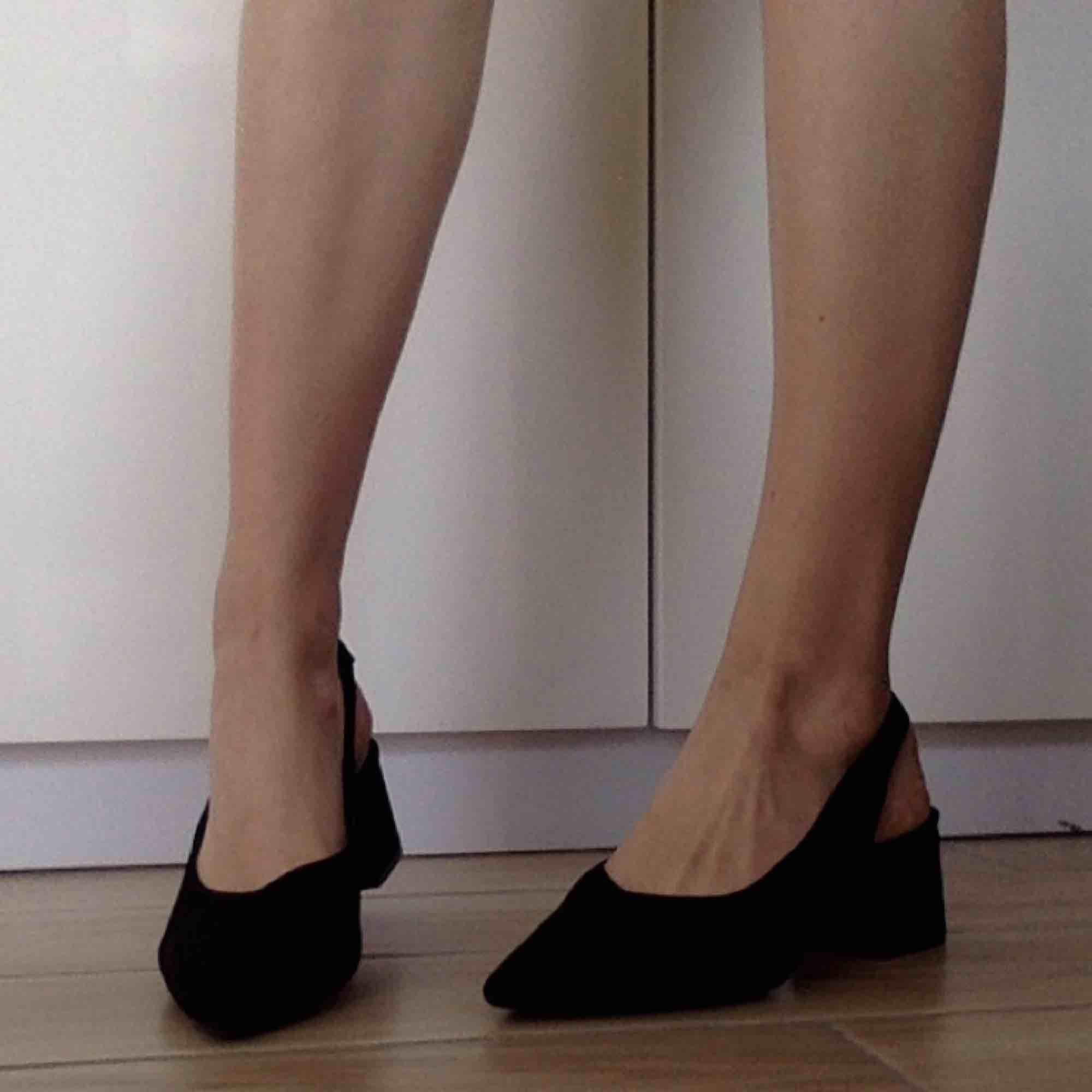 Svarta slingbacks i mocka! Underbara skor till fest och semester! ☺️ Har swish! Alla skor rengörs självklart. Säljes pga för små, använda 1 gång. Nypris 500kr. Skor.