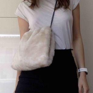 Fluffig creme-vit väska! Såå fin att ha crossbody! Från Carin Wester. Köpt vintage.