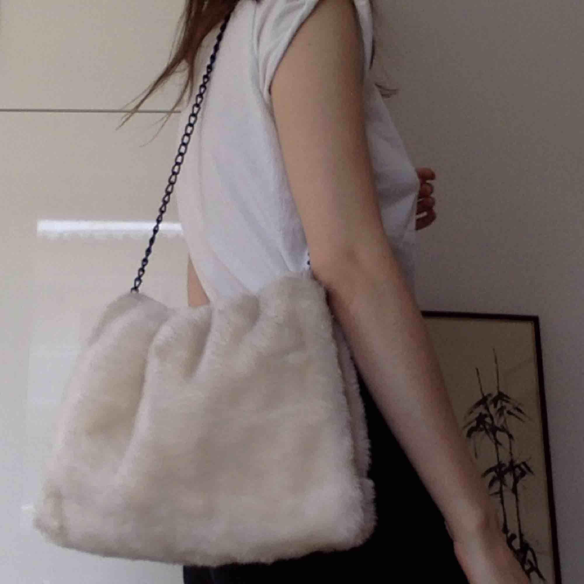 Fluffig creme-vit väska! Såå fin att ha crossbody! Från Carin Wester. Köpt vintage. . Väskor.