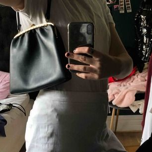 Mörkblå väska köpt på secondhand aldrig använd