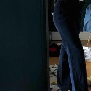 Mörkblåa Manchester byxor med lite bootcut köpta på humana aldrig använda