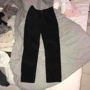 Väldigt sköna byxor, mocka byxor svarta, kommer ifrån monki använda 1 gång