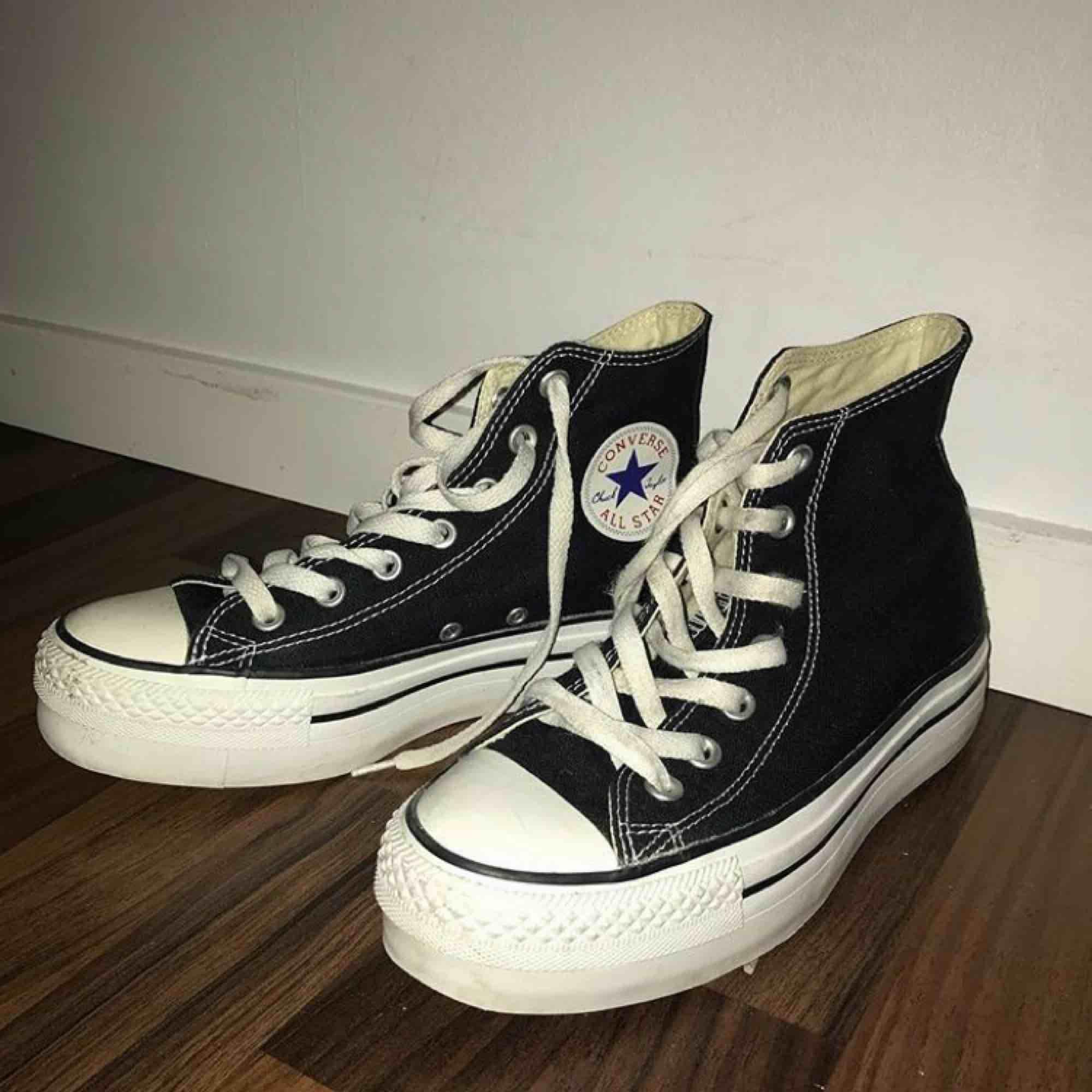 Jätte fräscha Converse med platå sula, använda max 3 ggr. Säljer pga för små för mig. Dm vid intresse!. Skor.