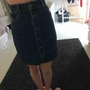 Skön kjol men för stor för mig de är de ända problemet aldrig använd