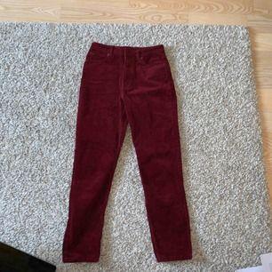 Vinröda manchester byxor som är jättebekväma. Köpta för 300kr. Normal i stl
