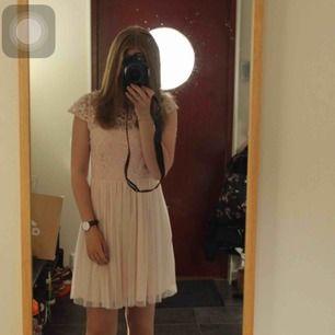 Puderrosa klänning. Perfekt till bröllop, dop, sommarfest, skolavslutning!   Använd en gång under en skolavslutning för något pr sedan.   Passar en XS/S