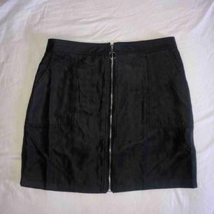 Helt ny kjol från shein, aningen för liten så endast provad! Står L men är mer som en M eller tillomed större S. Tunnt och mjukt material, perfekt längd, supersnygg! Frakt tillkommer✨🦋