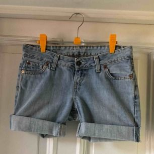 Levis jeansshorts storlek 27. Modell 545