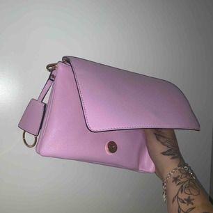 En fin rosa handväska ! Aldrig använd, fått i present, prislappen är kvar.