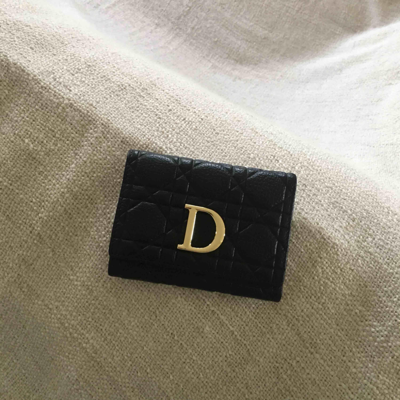 Dior (kopia) plånbok säljes pga ingen användning. Nyskick. Får plats med 9 kort och har 2 sedelfack. FRI FRAKT. Väskor.