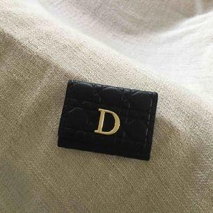 Dior (kopia) plånbok säljes pga ingen användning. Nyskick. Får plats med 9 kort och har 2 sedelfack. FRI FRAKT