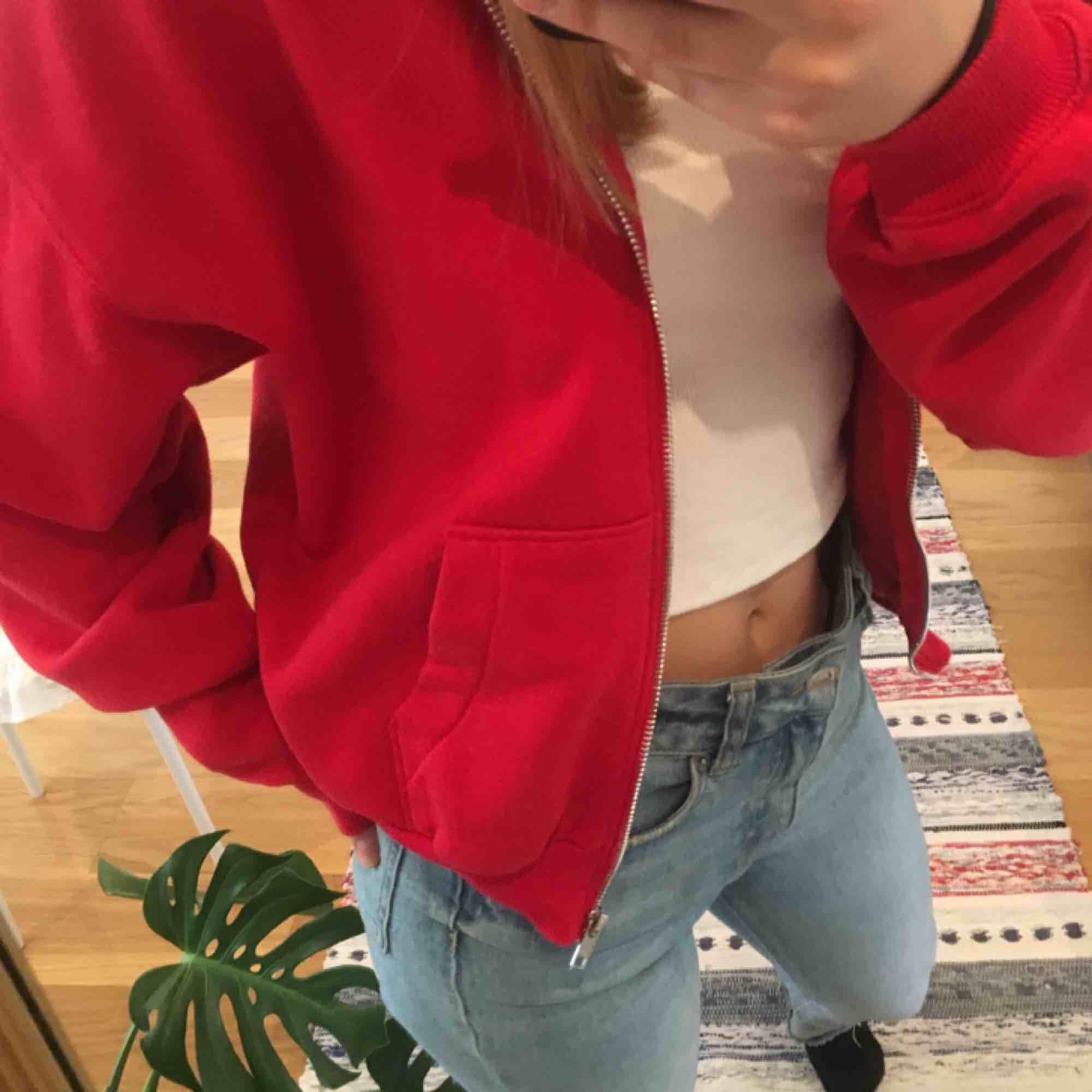 Mjuk röd hoodie med fickor och dragkedja!❤️❤️ i princip oanvänd. Huvtröjor & Träningströjor.