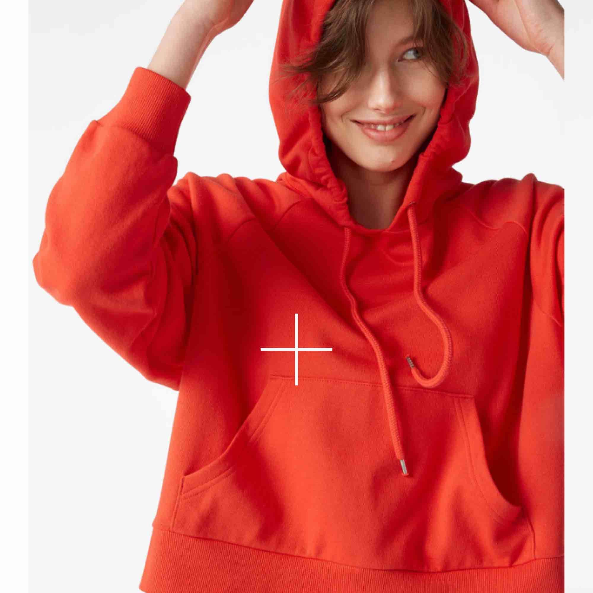 Croppad röd hoodie får  monki , ett litet hål sömmen och därmed det billiga priset ! Detta går att fixa till enkelt! Hör av er vid intresse . Huvtröjor & Träningströjor.