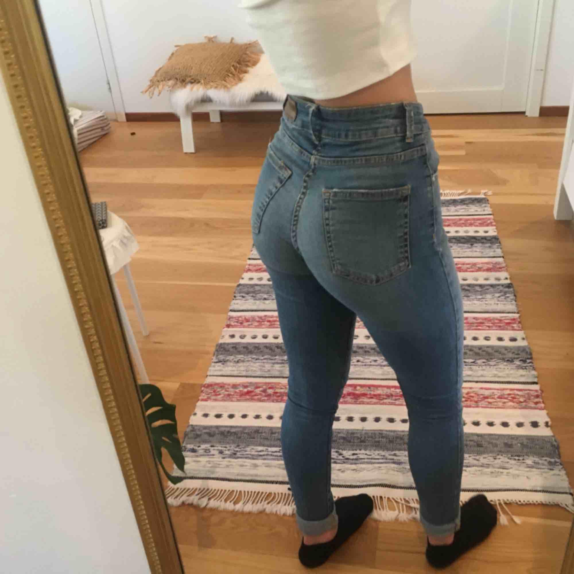 Highwaisted stretchiga jeans från Bik Bok! Sitter väldigt bra och skönt. De är längre i benen än på bilderna då jag behöver vika upp dem:) . Jeans & Byxor.