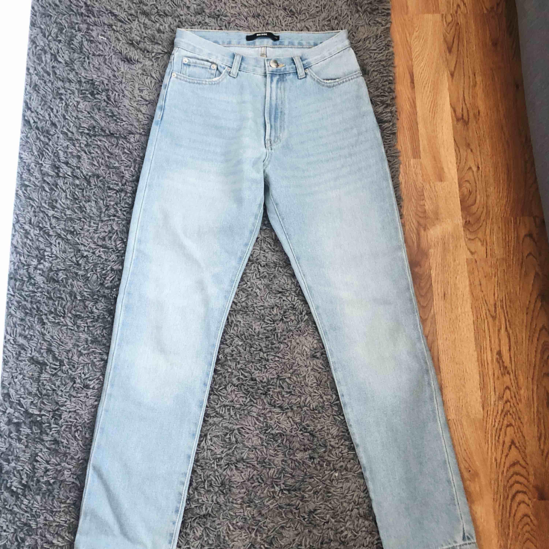 Svin snygga Mom Jeans från Bik Bok som tyvärr är för små för mig därför jag säljer de. Kontakta mig om du är intresserad så kan jag berätta mer detaljerat. Köpare står för frakten. Jeans & Byxor.